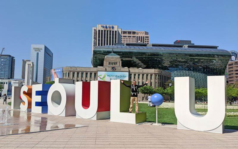 Seoul in 5 days: I.SEOUL.U Sign next to the Government building