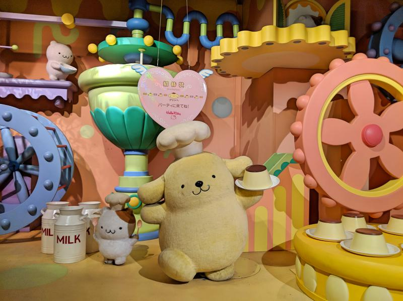Along Sanrio Puroland's Sanrio character boat ride, you'll see Pompompurin and friends make pudding cakes to bring to the party.