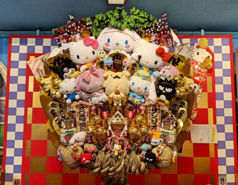 At Sanrio Puroland, there is a huge good luck charm with Sanrio characters attached to it. From Hello Kitty to Pompompurin, you can spot your favorite Sanrio characters in this decor.