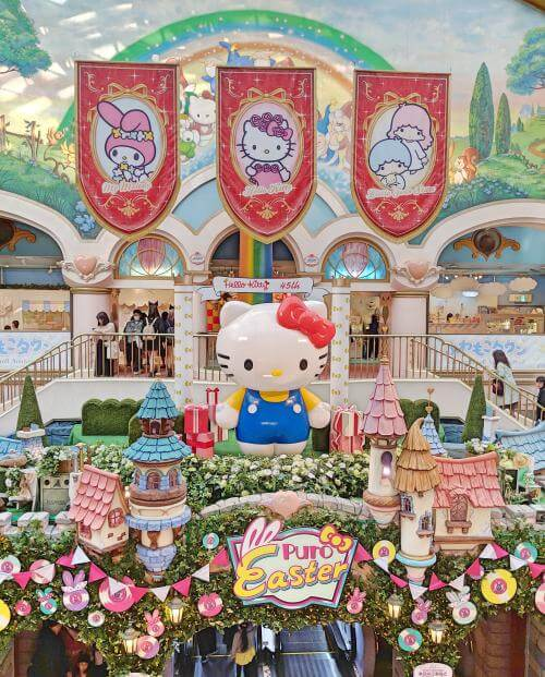When you enter Sanrio Puroland, a giant Hello Kitty statue welcomes you to this indoor theme park. The colorful and cute decor provides the friendly and fun ambience with Hello Kitty and friends .