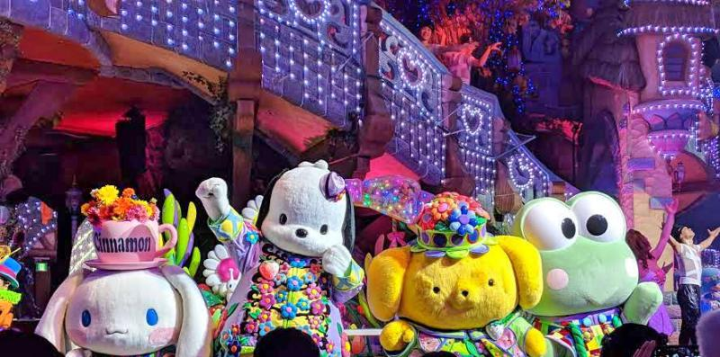 If you love parades, watch the Sanrio Puroland's Miracle Gift Parade. You'll see your favorite characters dancing and singing such as Hello Kitty, Cinnamoroll, Pocaccho, Pompompurin, Keroppi, and more.