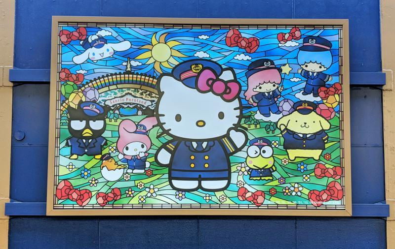 At the Tama Center subway station, there are Hello Kitty and friends decoration throughout the platform. This stained glass artwork has Hello Kitty, Gudetama, My Melody, Badtz Maru, Keroppi, Pompompurin, and others in conductor outfits.