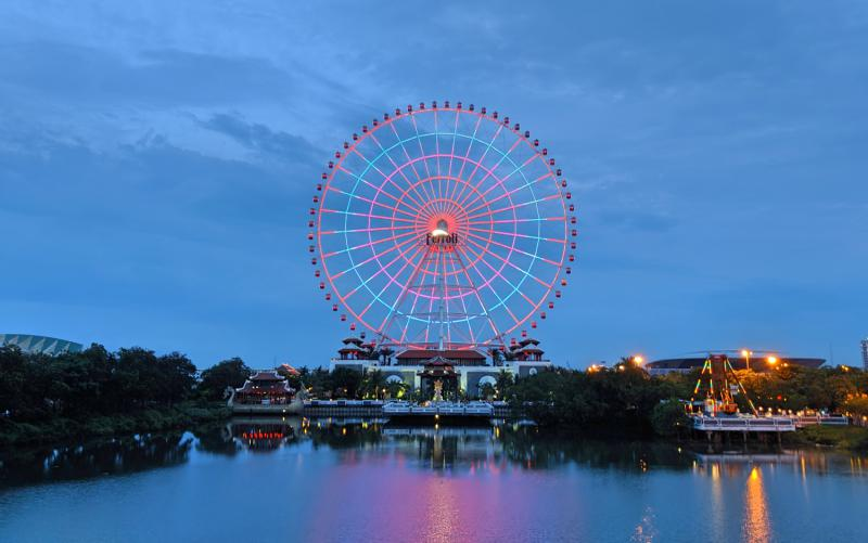 Sun World Danang Wonders' main attraction is the Sun Wheel Ferris Wheel which you can see from Danang City. Plus, you can see the water reflection and colorful lights when you're taking the Monorail.