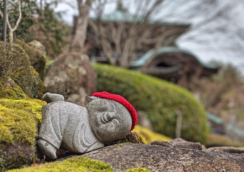 When you're visiting Daishoin Temple during your Miyajima day trip, you'll see adorable and smiling jizo statues wearing knitted hats around the temple area.