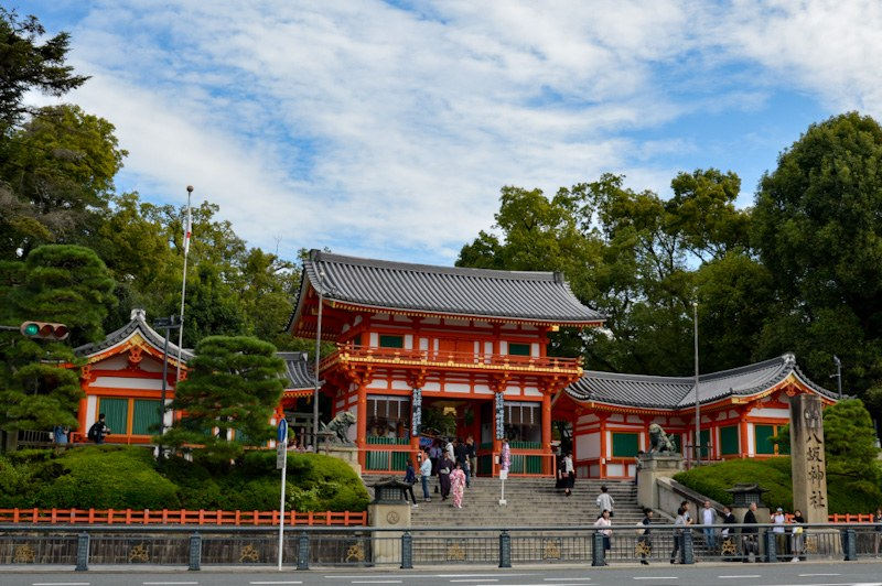 Entrance of Yasaka Shrine with the bright vermillion colors in Kyoto, Japan