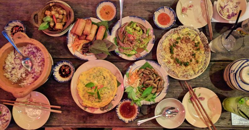 Mountain Retreat Restaurant in Ho Chi Minh City offers delicious Vietnamese cuisine such as deep-fried tilapia fish, spring rolls, fried tofu, and more.