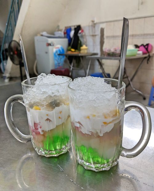 Che, Vietnamese sweet dessert, has layers of ice, coconut cream, jellies, and fruits